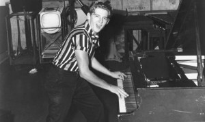Jerry-Lee-Lewis-playing-the-piano-in-1957-538316